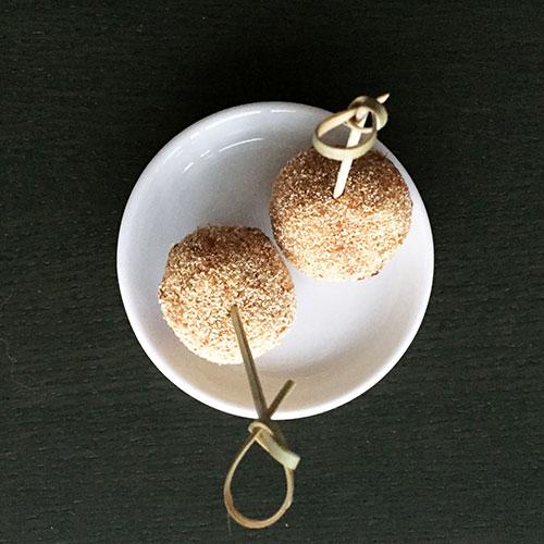 arancini van risotto rijst mozzarella en basilicum