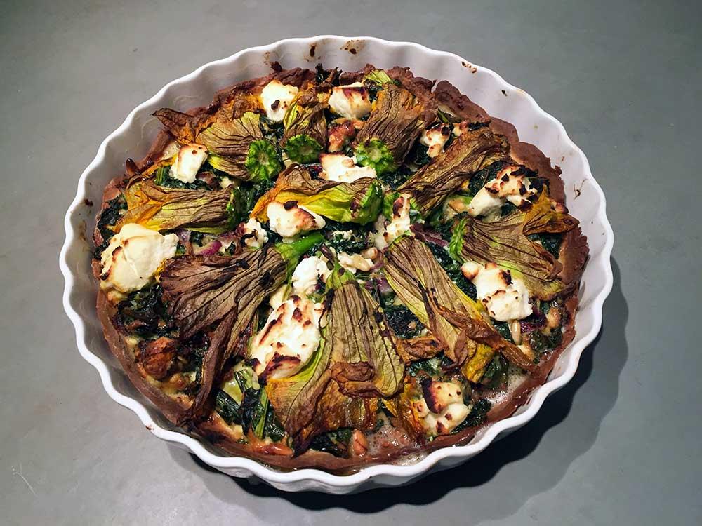 hartige glutenvrije taart met courgettebloemen feta en pecorino