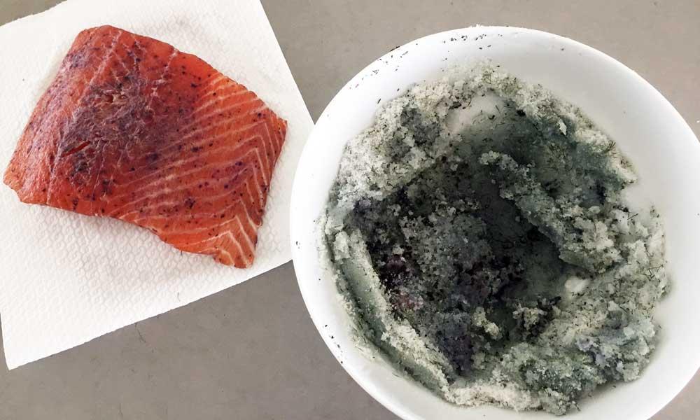zalm pekelen in zout suiker en thee