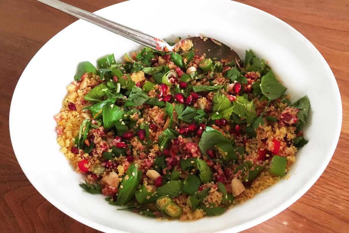 glutenvrije couscous met verse kruiden granaatappel en amandelen