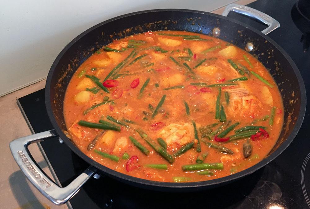 rode thaise curry met kabeljauw haricots verts asperges en aardappelen