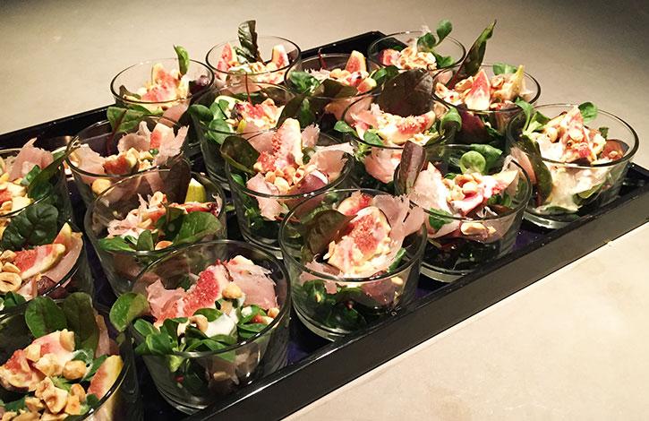 amuse van vijg sla hazelnoten en gerookte tonijn