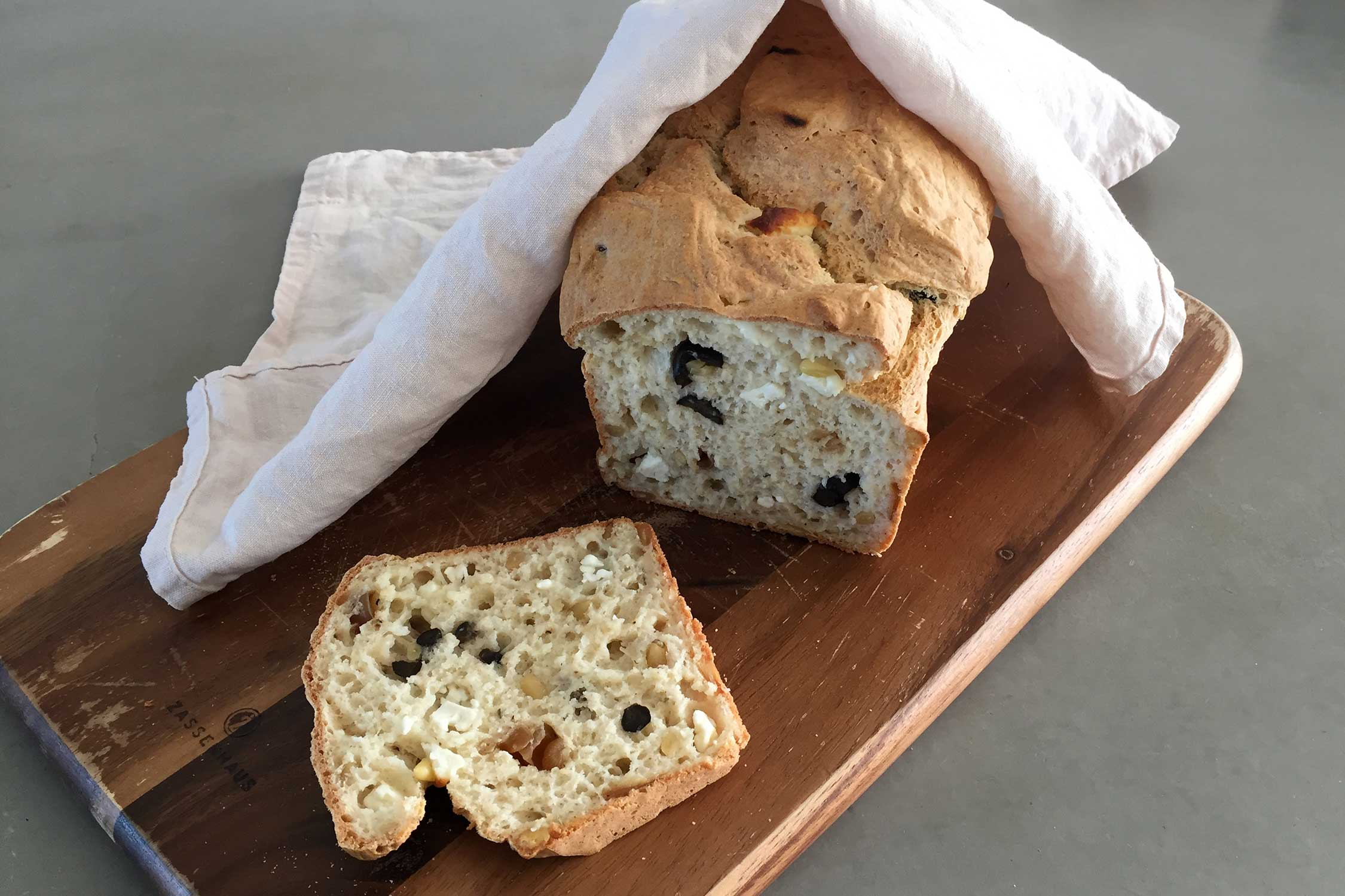 Hartig brood met olijf, feta en uitjes