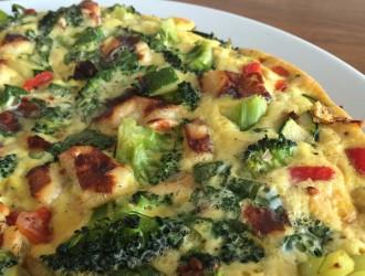 Frittata met groente, verse kruiden en kaas