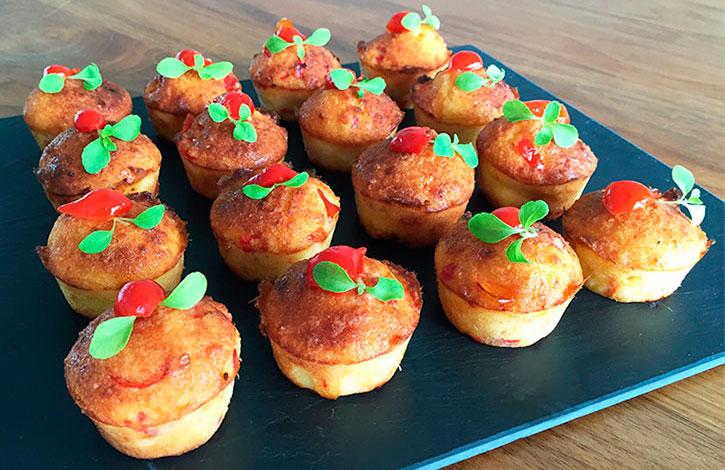 glutenvrij hartige cakejes van amandelmeel en zoete rode pepperdrops