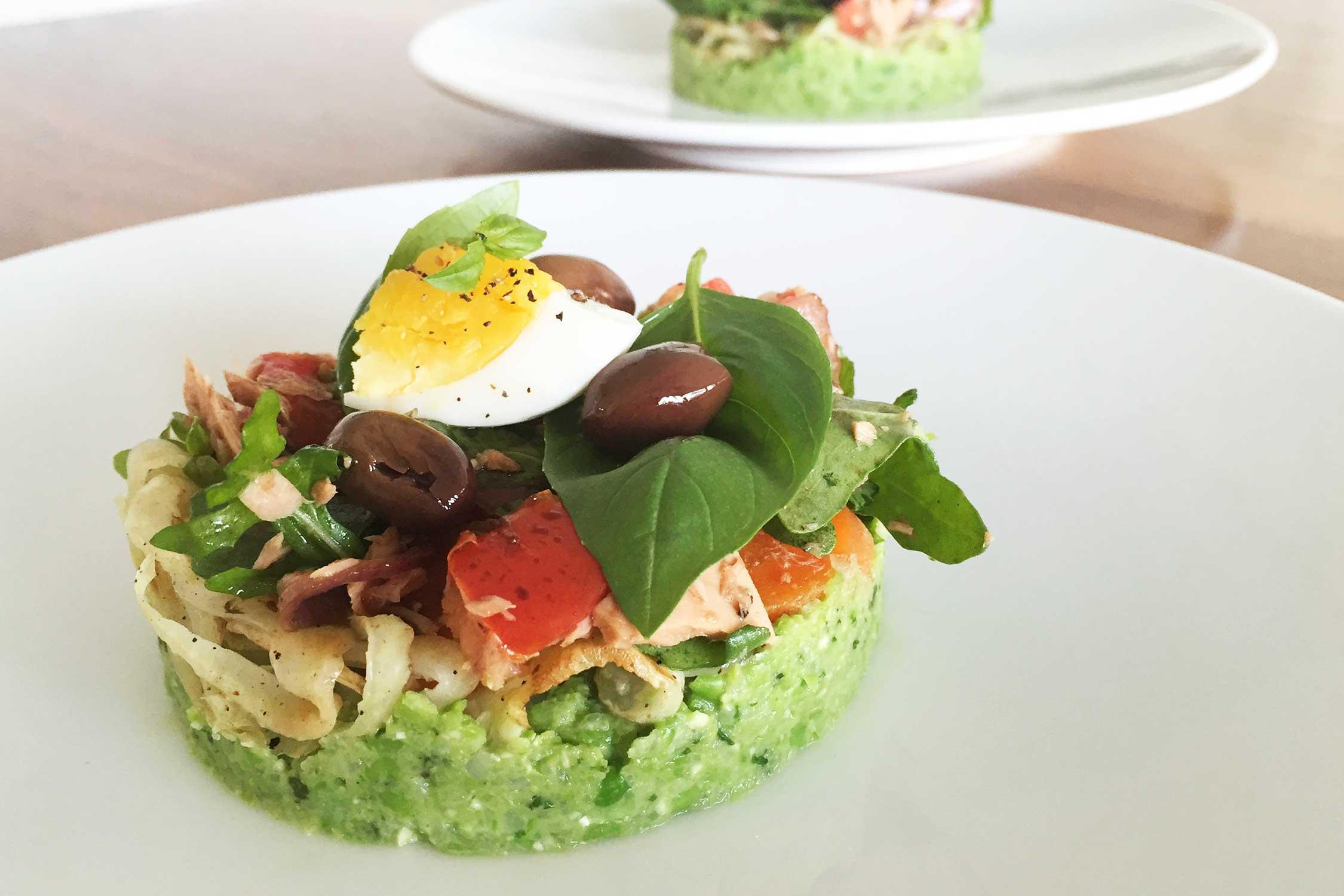 Salade Nicoise op doperwtenpuree