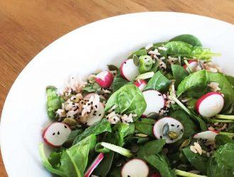 Salade van roze rijst, gedroogd fruit, babyspinazie en radijsjes