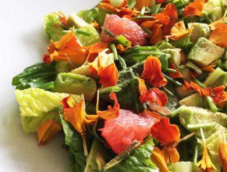 Fleurige salade met rode grapefruit,  avocado en bloemen