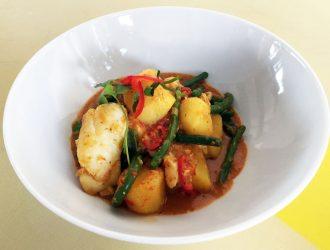Thaise rode curry met kabeljauw, aardappel en groene groentes