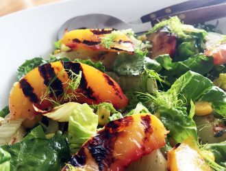 Salade met gegrilde nectarines, venkel en basilicumdressing