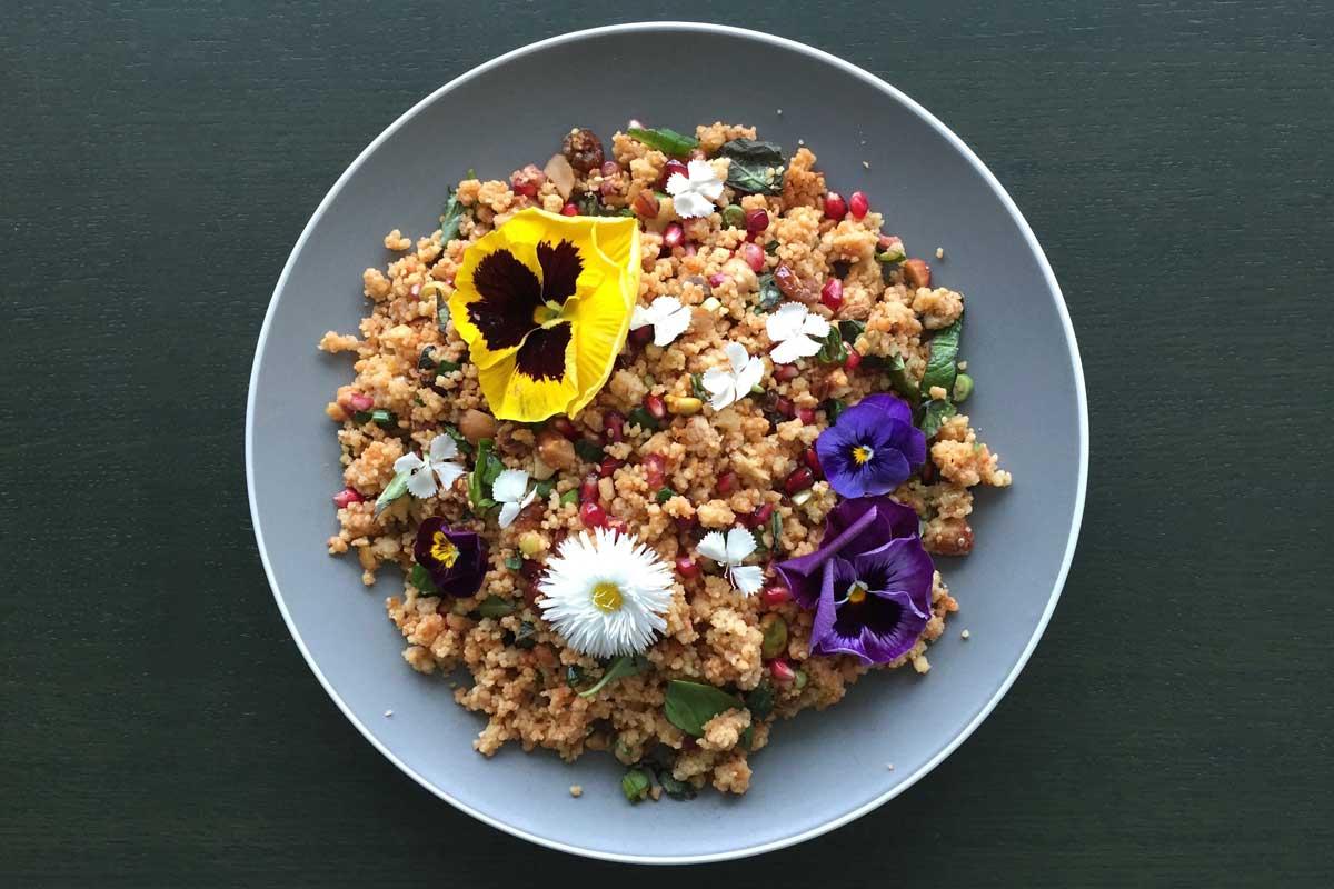 Bruiloftscouscous met citrus, verse kruiden en eetbare bloemen