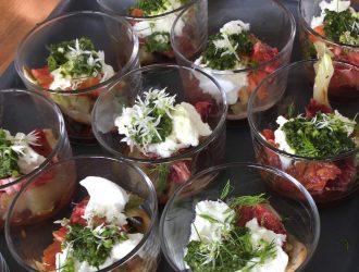 Aubergine in tomatensaus, gegrilde venkel, buffelmozzarella, bloedsinaasappel en daslookpesto