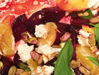 Lauwwarme bieten sinaasappelsalade met geitenkaas