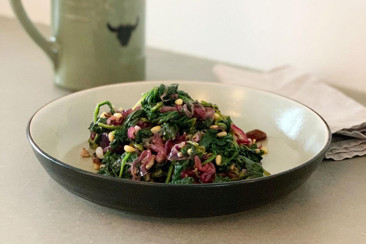 Spaanse salade met spinazie, ansjovis en rode ui