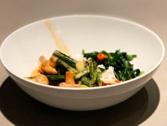 Romige Thaise rode curry met gerookte tofu en friszure spinazie